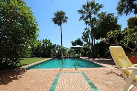 Traumwohnung mit Garten und Pool