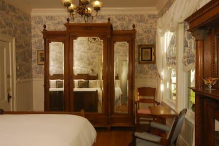 LILY Room Historic Weller House Inn