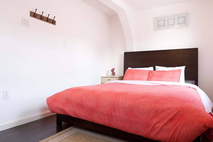 Clean and Bright. Queen bed + twin - woodside - Bed & Breakfast