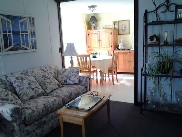 Quaint 1st floor apt on horse farm. - Moriah - Apartamento