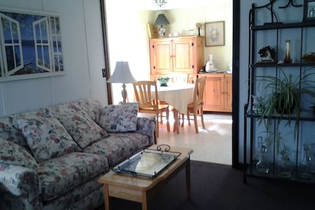 Quaint 1st floor apt on horse farm. - Moriah