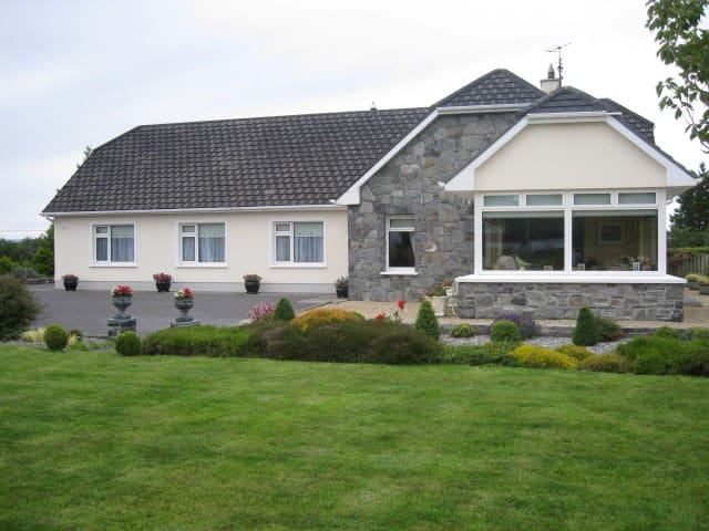 Farmhouse B&B in tranquil setting - Moycullen