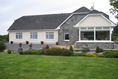 Farmhouse B&B in tranquil setting - Moycullen - Bed & Breakfast