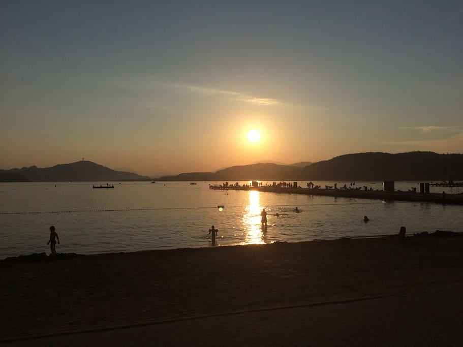 Sonnenuntergang im Strandbad Wörthersee.