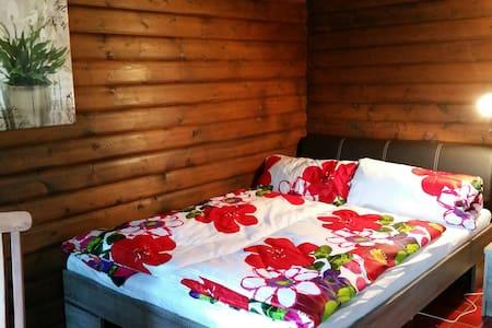 Drewniane chaty nad jeziorem - Sassenburg - Sommerhus/hytte