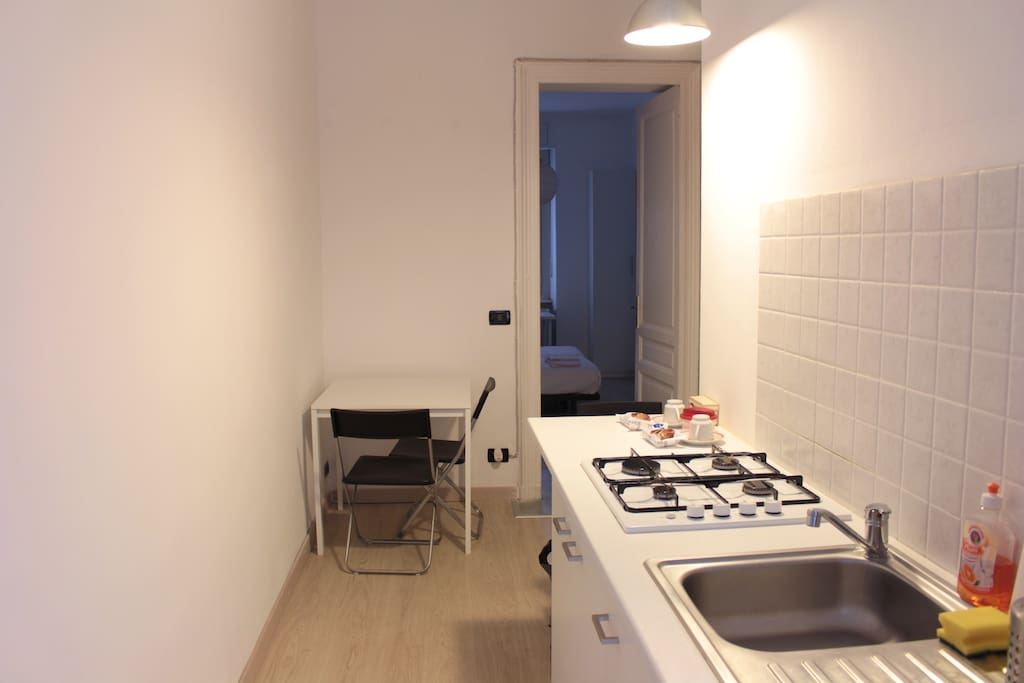 Ingresso su zona giorno con angolo cottura - Entrance to the living room with kitchen area