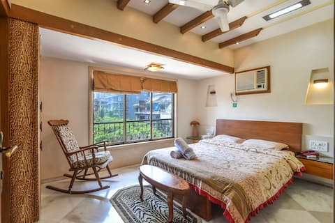Cozy room with view in a Penthouse at Bandra West