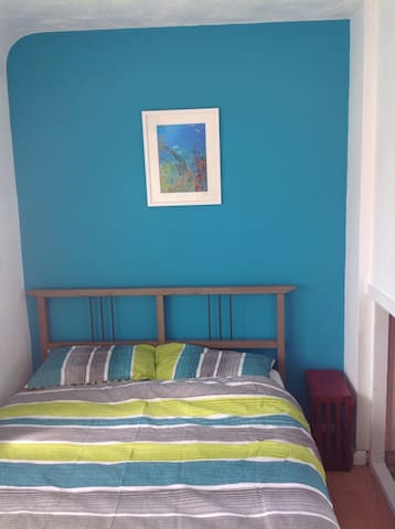 Bright double room, 2km from city - Nottingham - House