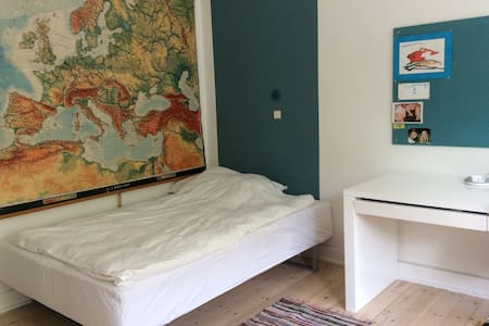 Nice room with small balcony. - København