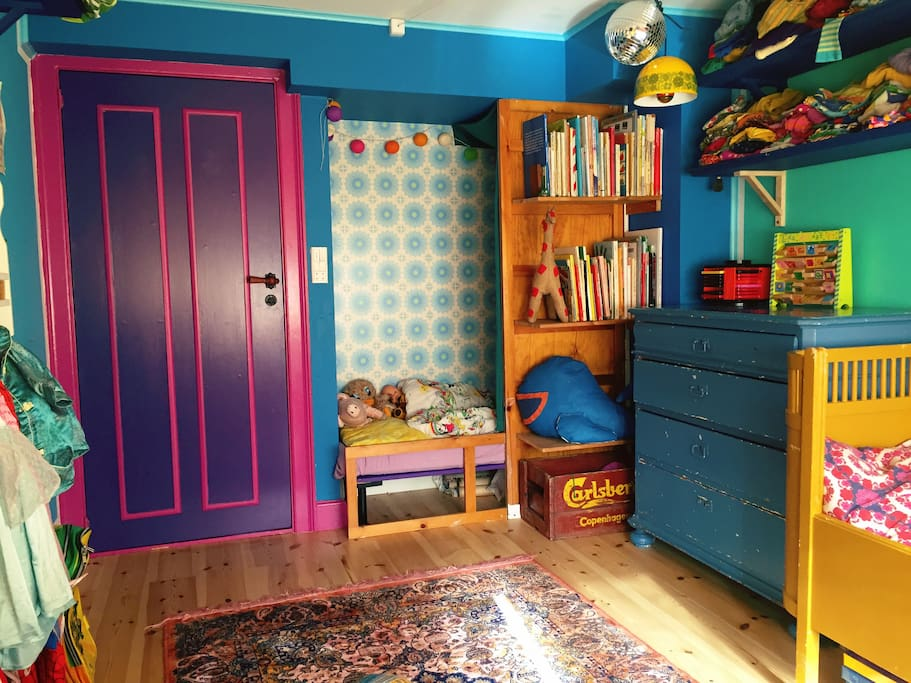 The kids room view from the other side. This is the other bed. It's 120 cm long