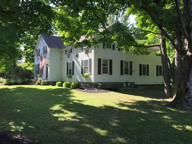 Country living minutes from track - Ballston Spa - House