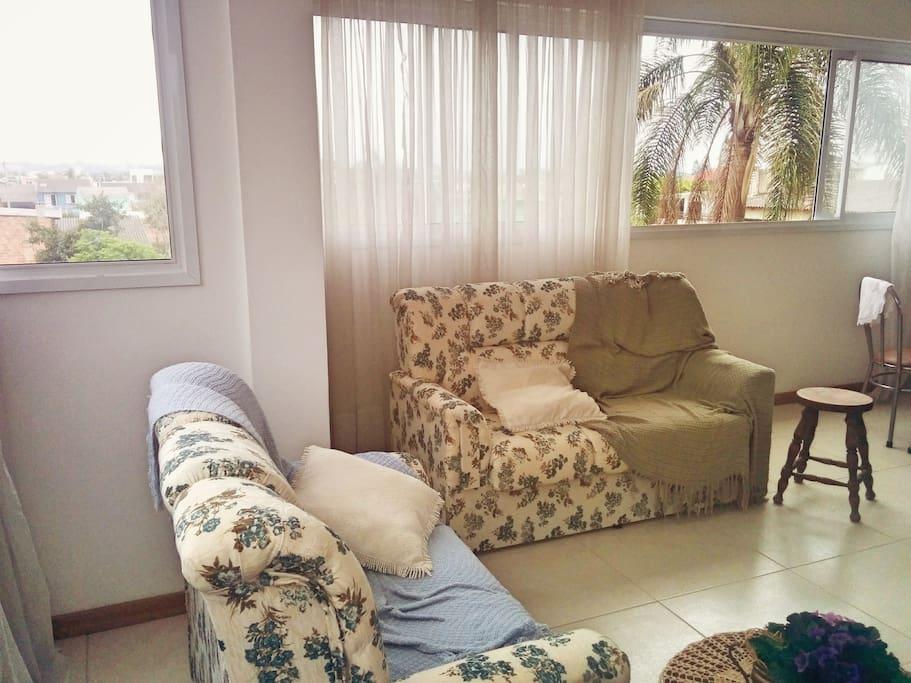 Sala com janelas amplas
