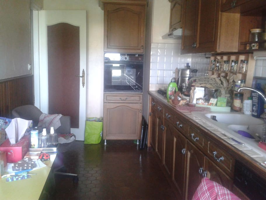Cuisine aménagée (sans micro-ondes) avec des casseroles, des poelles... :) un lave vaisselle