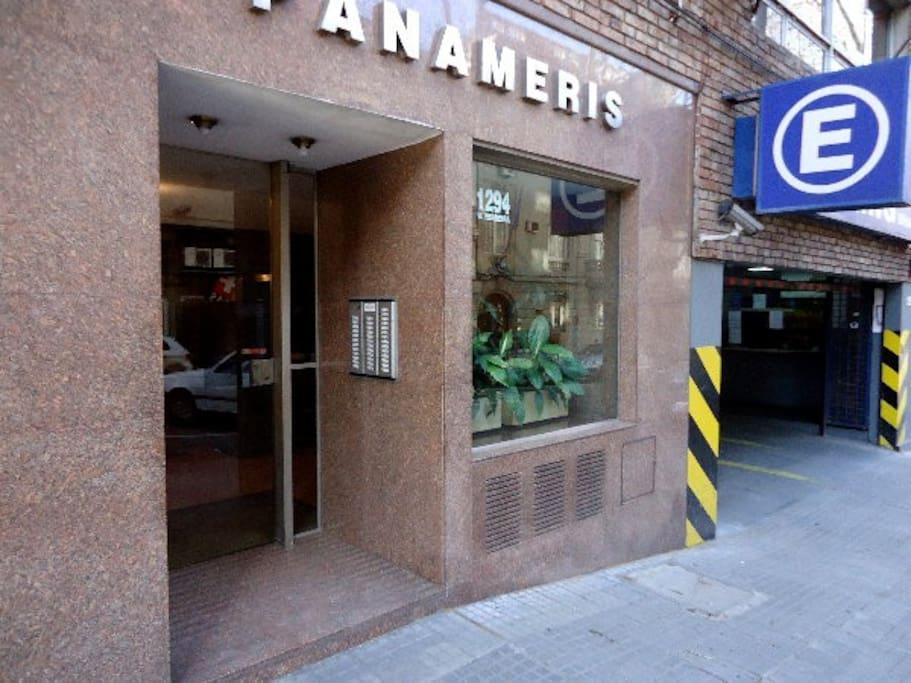 Puerta de entrada del edificio