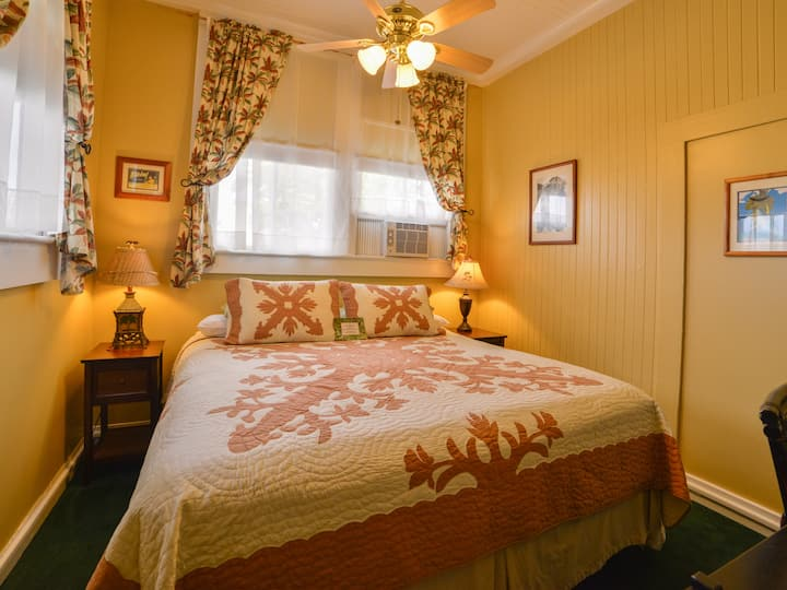 Wailuku Guesthouse Plantation Room