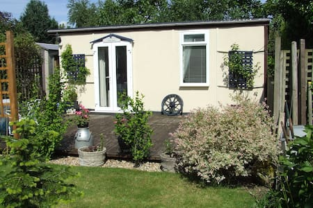 The Lower Deck Garden Studio B&B - Verwood