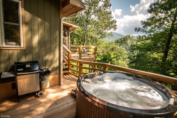 """Modern-Rustic """"Treehouse"""" Cabin in the Mountains"""