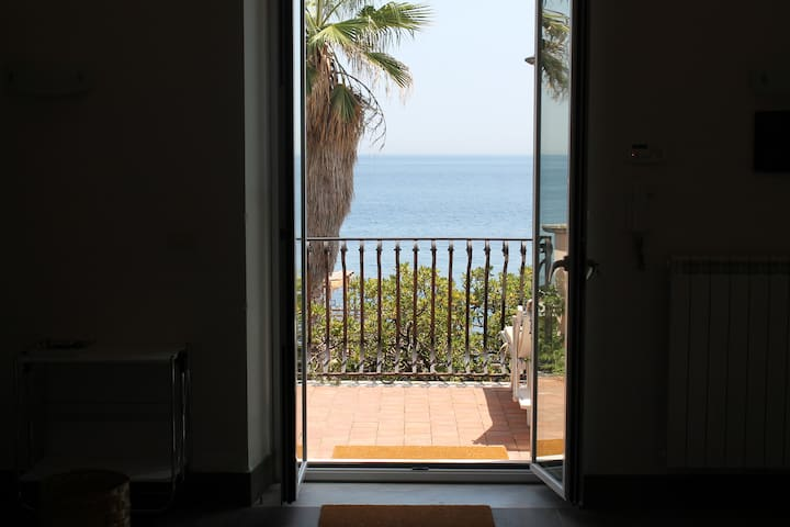 TYPICAL SICILIAN SEAFRONT VILLA - アチレアレ - 一軒家