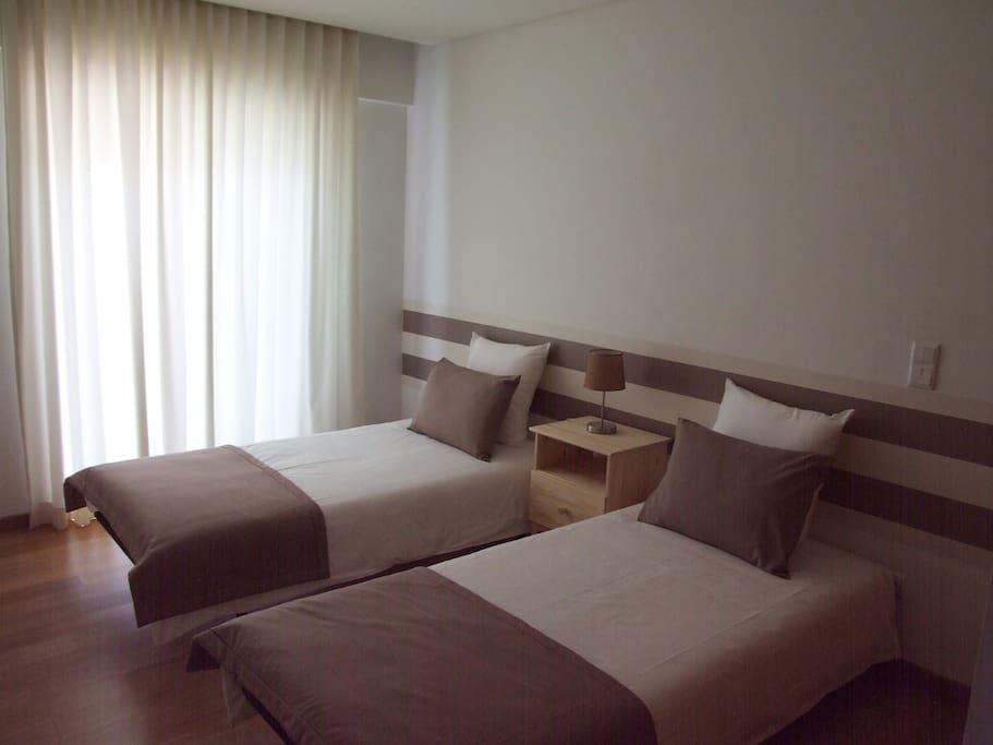 Outra vista do quarto bege - duas camas