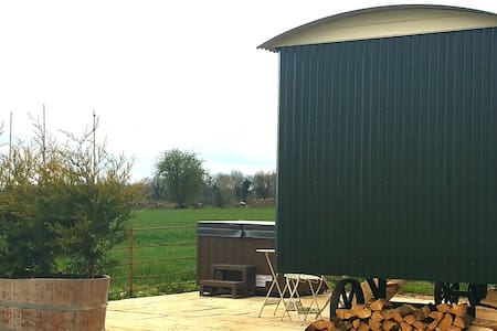 Hut 2 Upon a Hill  Wellow - Includes Hot Tub