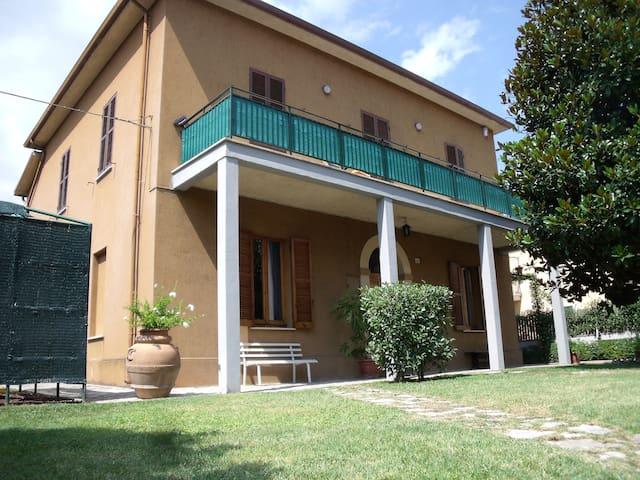 Spoleto con giardino, garage e navetta x il centro - Spoleto - Villa
