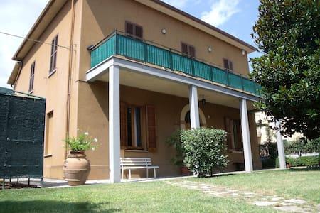 Spoleto con giardino, garage e navetta x il centro - Spoleto