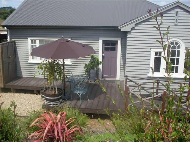 Honeysuckle Cottage - Waimauku - Bed & Breakfast