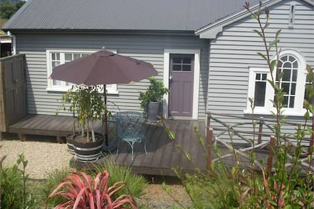Honeysuckle Cottage - Bed & Breakfast