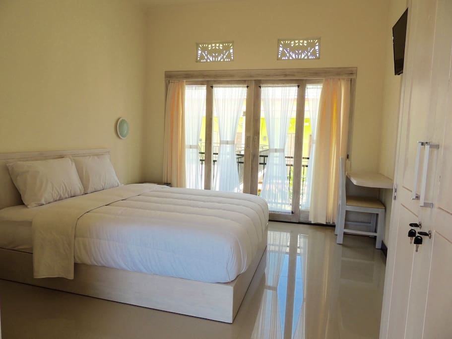 King size bed with balcony