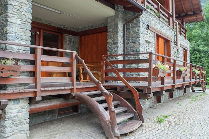 The chalet is situated in a quiet and sunny area of Antey Saint André.