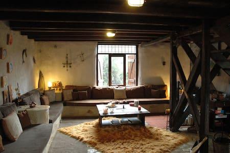 A straw-bale cottage in a big organic farm - Malantreni - 小木屋