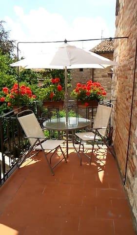La casetta col terrazzino nel centro di Gubbio - Gubbio - Appartement