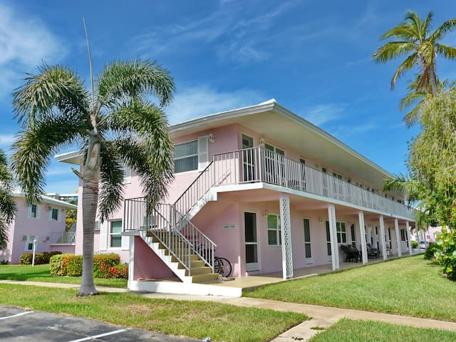 Charming inland condo w/ heated pool & short walk to Resident's Beach