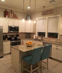 Spacious bedroom in townhome - Stay for Less! - Baton Rouge - Sorház