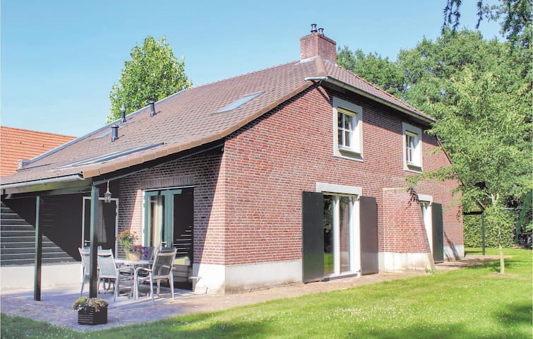 Holiday cottage with 6 bedrooms on 320m² in Overloon