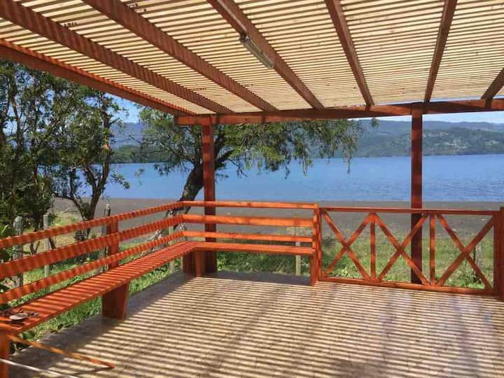 Cabaña a orillas de lago Calafquen, lican ray.