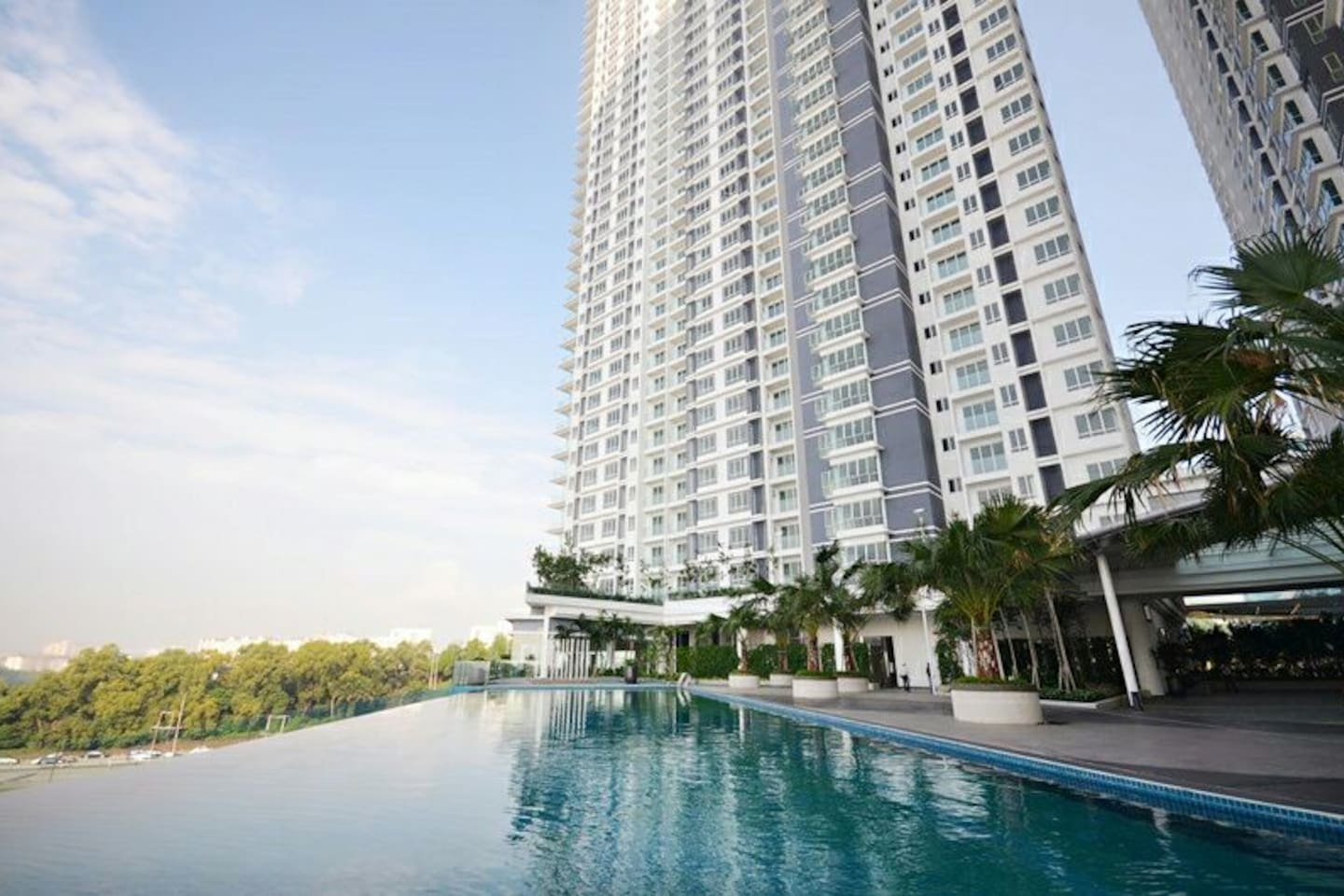 High end service condo 5mins Uber distance to midvelly mall 15mins Uber distance to KLCC&Bukit Bintang Good view swimming pool