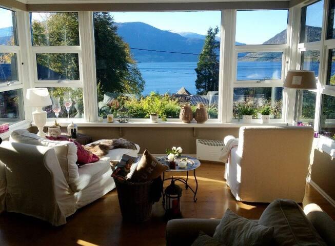 Stort og komfortabelt hus i hjertet av Rosendal