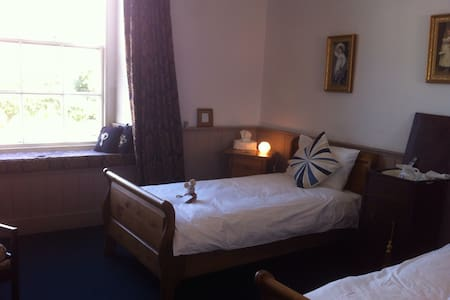 Morning Rm: Spacious Twin - Pembroke - Bed & Breakfast