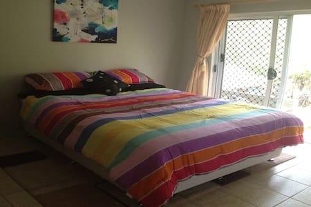 Queen Bed in Beautiful Rural Area with Breakfast - Tinaroo
