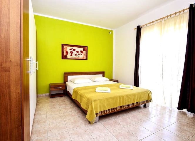 Colorful 2 bedroom apartment with beautiful garden