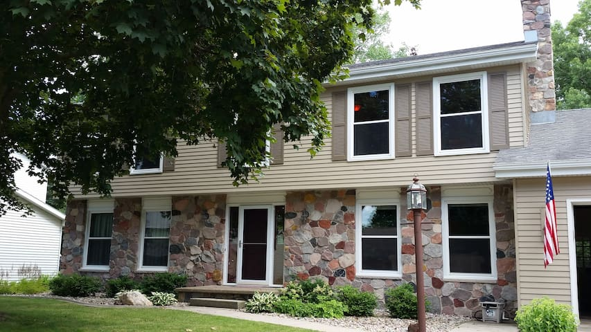 Large Home Year-Round or for EAA! - Appleton - Huis