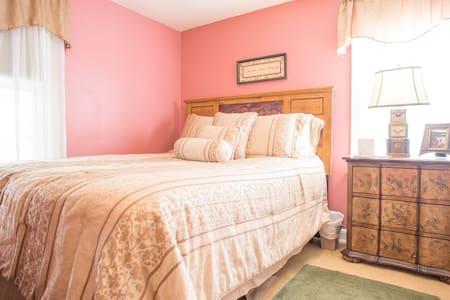Charming room - LU grad's 1937 Home
