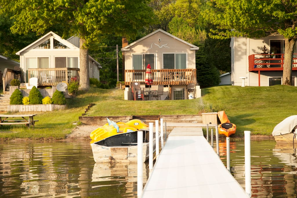 Lakeview of the cottage on Twin Lake. Row boat, peddle boat and kayaks included. Pontoon Boat available to rent!