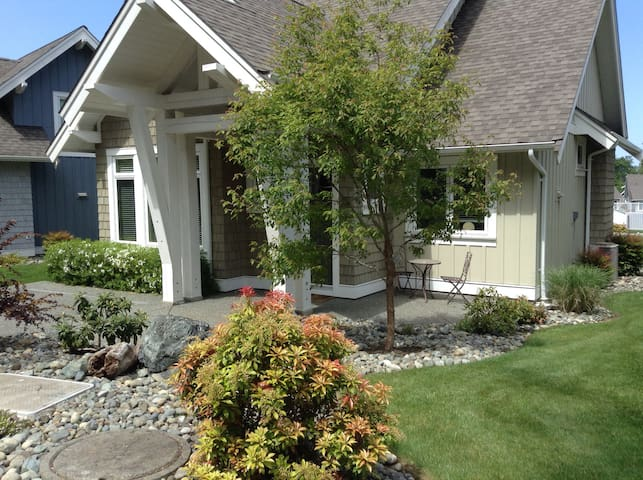 POOL SIDE VACATION HOME - Qualicum Beach - House