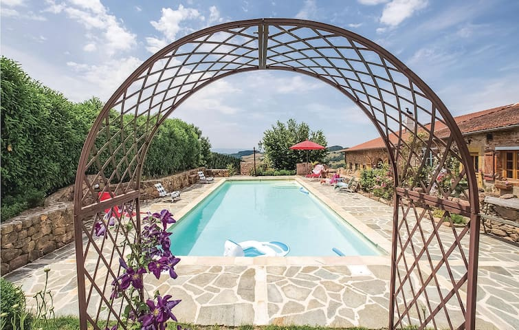 Holiday cottage with 5 bedrooms on 230m² in Thizy-les-Bourgs