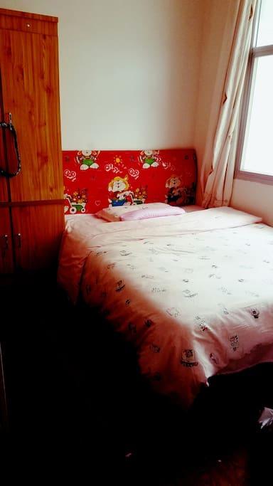 无论是床垫,四件套,棉絮还是枕头均采用LOVO家纺,愿你在异地也能享受家的温暖(No matter mattress, four set, batt or pillow it is LOVO.)