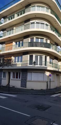 appartement situé au premier étage et qui fait l'angle de la rue orientation sud ouest (le soleil présent la grande majorité de la journée)