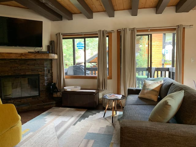 Vail Stylish 2BR + Sleeper /End Unit Views!