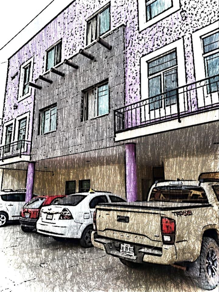 Amplio estacionamiento Hotel Millonarios suites&apartaments.